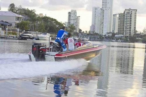 TE 450 und Boot in Fahrt