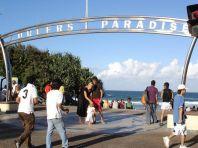 Under dem Surfers Paradise Banner