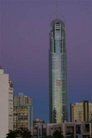 Q1 Tower bei Sonnenuntergang