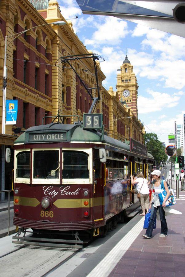 Touristenstrassenbahn vor der Flinderstation