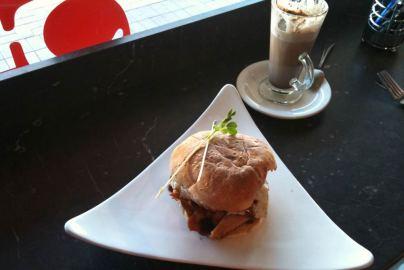 Frühstück. Bacon, Egg & Roll mit heißer Schokolade