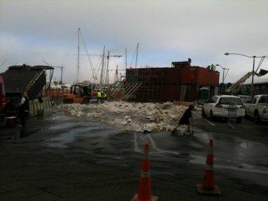 Übrig bebliebene Schnee von einer Veranstaltung am Hafen