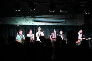 Die Band. Die Bar lag gleich hintern Vorhang