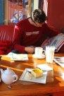 So schön in der Sonne in einem Cafe zu sitzen
