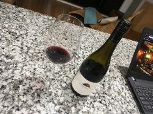 Neues Weinglas und guter Wein