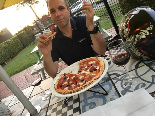 Pizza und Wein, so soll es sein.