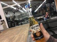 Bier als letzter Gast im Flughafen Armidale